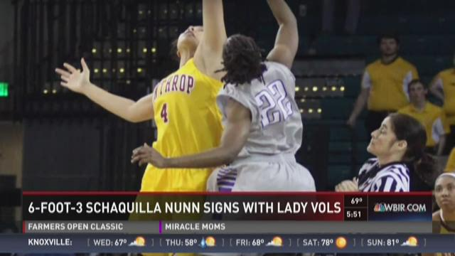 Lady Vols sign post player